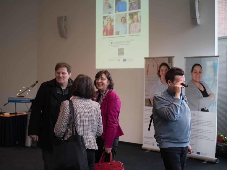 Diskussionen auf der Fotoausstellung